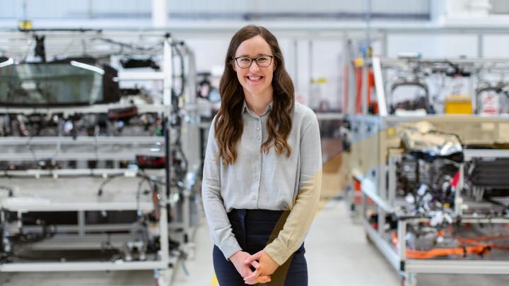 Herausforderungen der Fertigungsindustrie - Das Hauptbild zeigt eine Mitarbeiterin in der Produktion-mobil