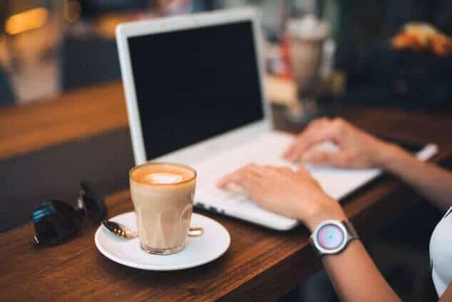 ERP-Software On-Prem oder Cloud - Arbeiten von unterwegs mit Laptop und Kaffee