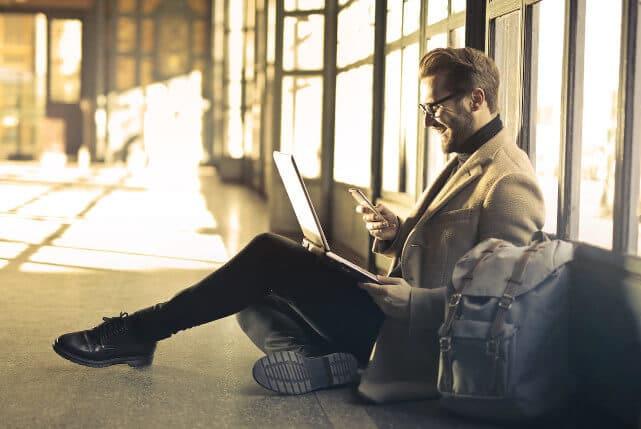 Auswahl DMS-Software - Mitarbeiter arbeitet mobil über die cloud