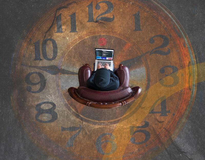 Checkliste-Arbeitszeiterfassung-EuGH-Urteil-unser mobiles Hauptbild zeigt ein Mitarbeiter am PC arbeiten