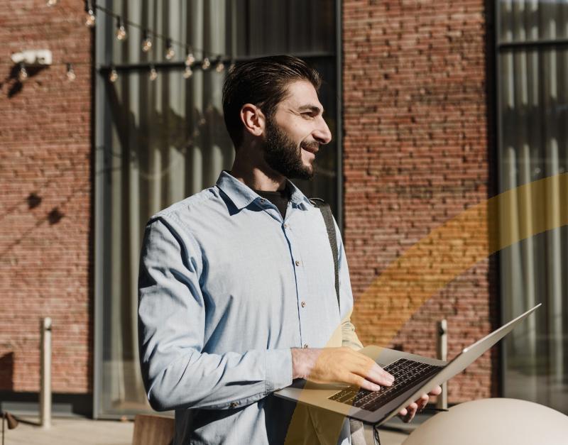 SAP Business One Cloud - ein Unternehmer nutzt Software von unterwegs