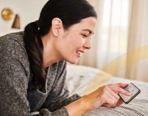 Digitale Signaturen in Workflows-Mitarbeiter im Homeoffice signiert digital ein Dokument